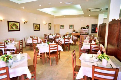 A restaurant or other place to eat at Hostal Restaurante Hermanos Zamora
