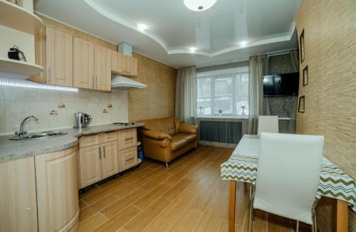 Кухня или мини-кухня в Апартаменты на Разина