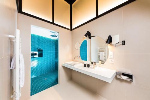 A bathroom at Hôtel Du Dragon - Room service disponible