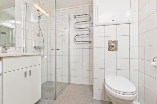 A bathroom at Pellestova Apartments