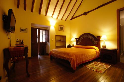 A bed or beds in a room at Abadia Colonial