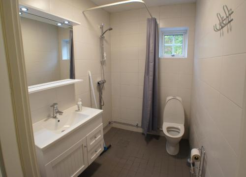 Ett badrum på Mannflogården Bed & Breakfast