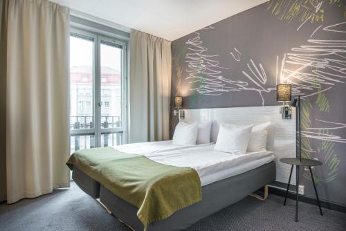 Säng eller sängar i ett rum på Quality Hotel Park Södertälje City
