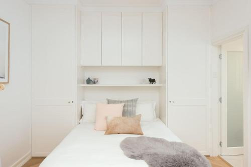 A bed or beds in a room at Beautiful Bondi
