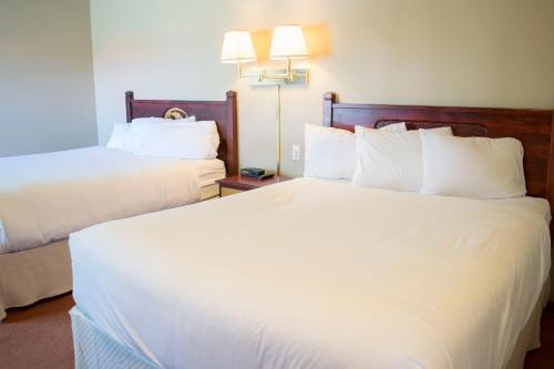 A bed or beds in a room at Waterton Lakes Lodge Resort