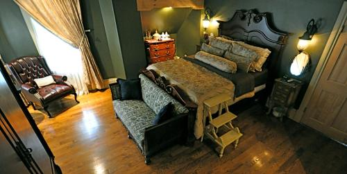 A bed or beds in a room at Creighton Manor Inn Bed & Breakfast