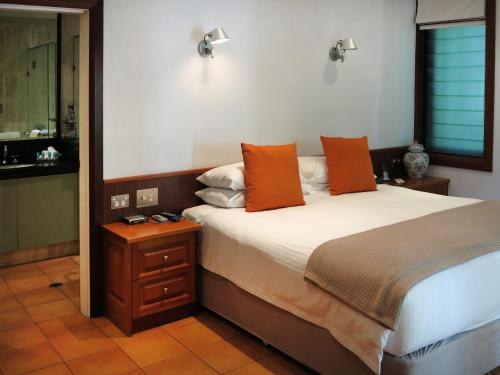 A bed or beds in a room at 17 Wharf Street - Luxury Holiday Home