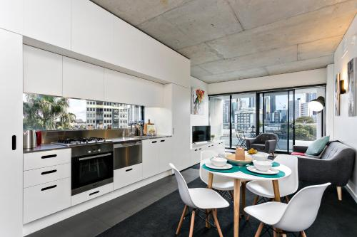 A kitchen or kitchenette at Complete Host Domain Apartments