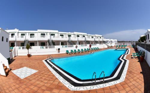 The swimming pool at or near Apartamentos Tisalaya