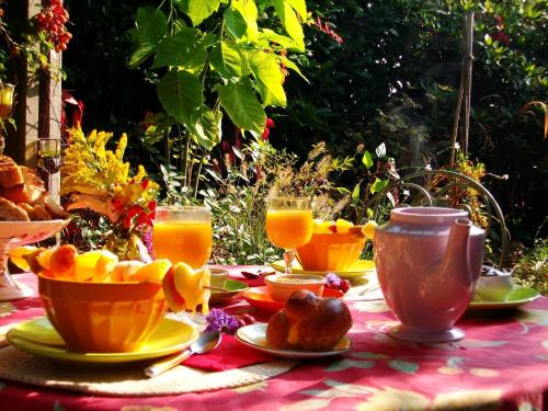 "Breakfast options available to guests at Chambres ""Au Jardin"""