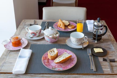Breakfast options available to guests at Hotel du port