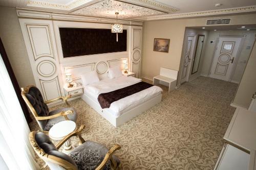 Cama ou camas em um quarto em Opera Hotel