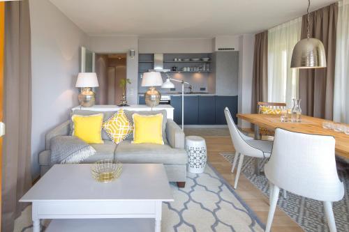 Ein Sitzbereich in der Unterkunft Abnoba Mons Design Apartment Lenzkirch