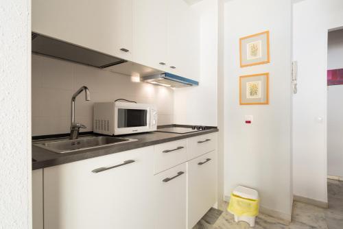 """Una cocina o zona de cocina en Apartamento """"""""PLAYA Y CENTRO"""""""""""