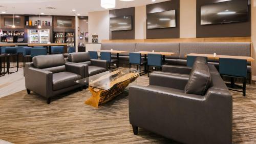 The lounge or bar area at Best Western Plus Sawridge Suites