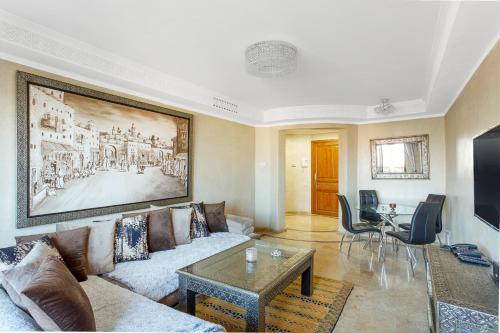 A seating area at Stunning 2 Bed Apartment L'Hivernage Pearl