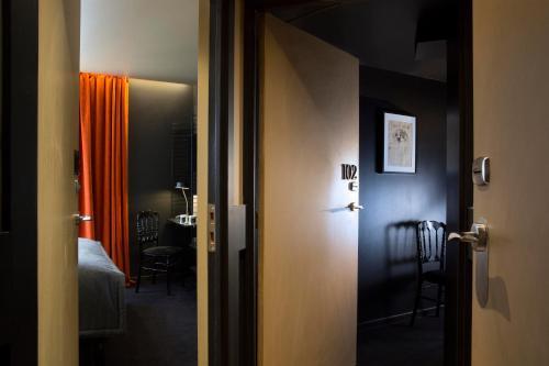 Un baño de Hotel Le Chat Noir