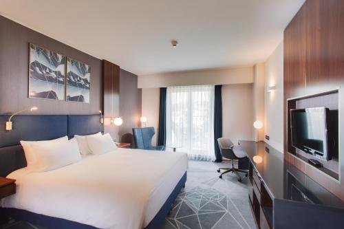A television and/or entertainment center at DoubleTree by Hilton Hotel Cluj - City Plaza