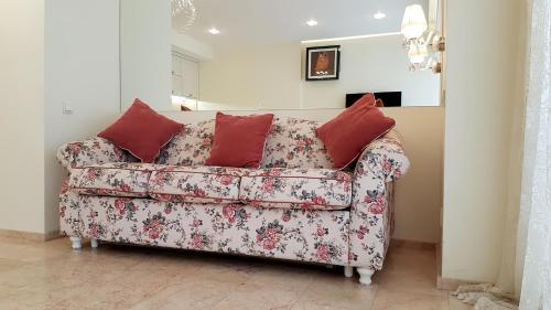 A seating area at Apartments on Kirova