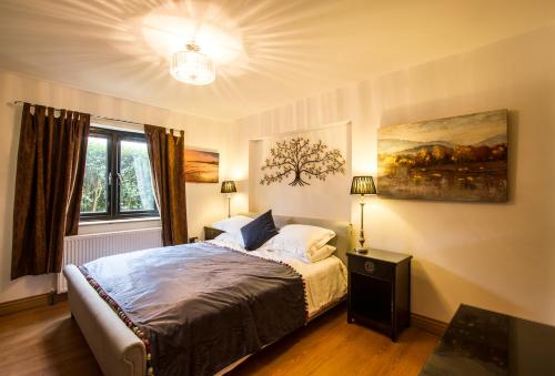 A bed or beds in a room at Brecham Lodge B&B