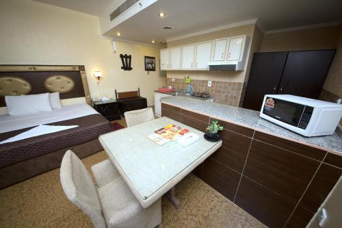 A kitchen or kitchenette at Hafez Hotel Apartments Al Ras Metro Station