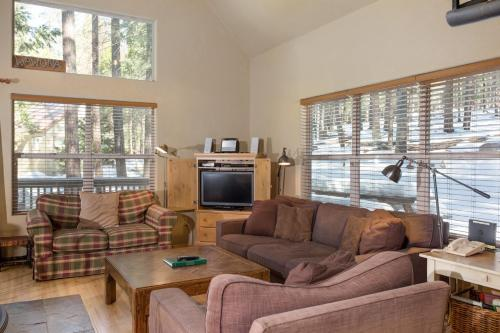 A seating area at 7S Wawona Chalet