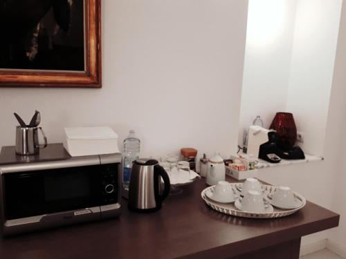 Coffee and tea making facilities at Alberica10