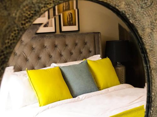 A bed or beds in a room at Rose & Crown Inn