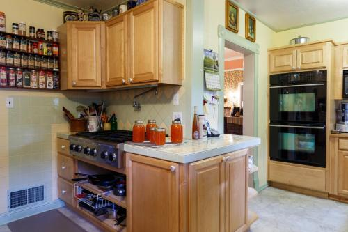 A kitchen or kitchenette at Roseberry House Bed & Breakfast
