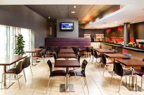 A restaurant or other place to eat at ibis Nottingham Centre