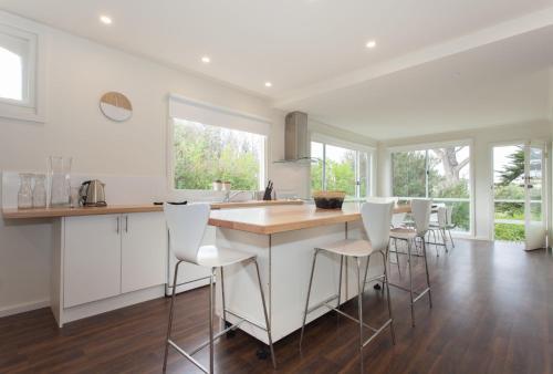 A kitchen or kitchenette at Sundowner