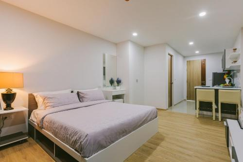 Кровать или кровати в номере Ozone Condotel Kata Beach