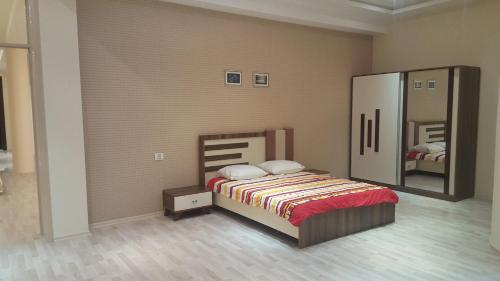 Cama ou camas em um quarto em Charming 2 Bedroom Apartment near the City's Biggest Mall