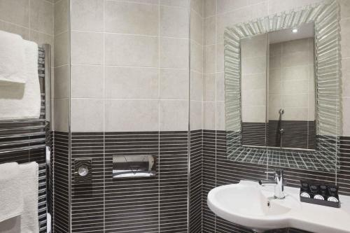 A bathroom at Ramada Birmingham Oldbury M5 J2