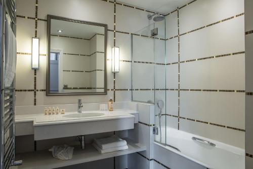 A bathroom at Hôtel Mansart - Esprit de France