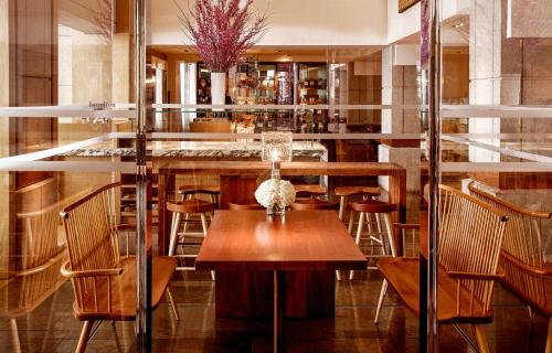 A restaurant or other place to eat at Park Hyatt Washington