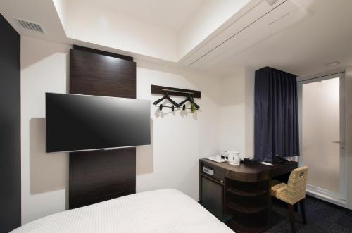 A television and/or entertainment center at HOTEL Guest1 Ueno Ekimae