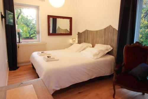 A bed or beds in a room at La Sapinière de Vittel