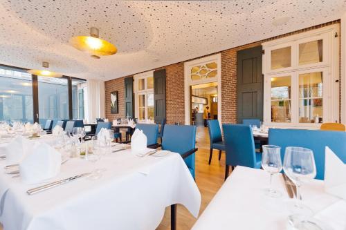Ein Restaurant oder anderes Speiselokal in der Unterkunft Altes Landhaus Buddenberg
