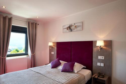 Un ou plusieurs lits dans un hébergement de l'établissement Logis Hostellerie Belle-Vue