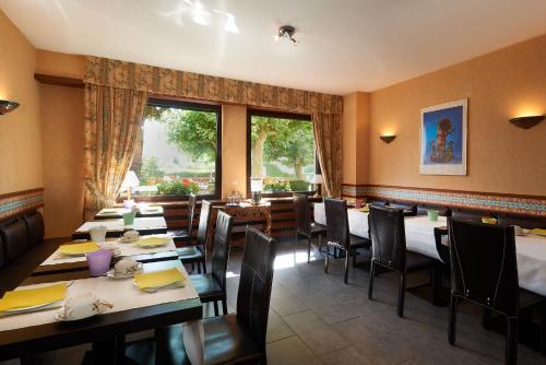 Restaurant ou autre lieu de restauration dans l'établissement Logis Hostellerie Belle-Vue