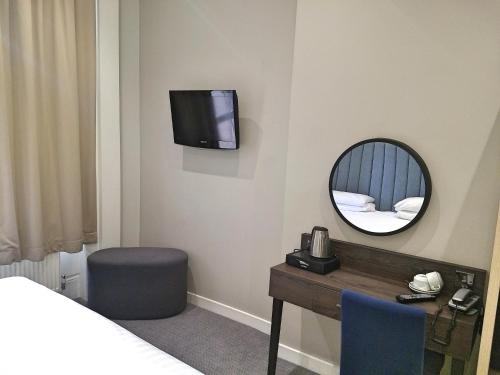 A television and/or entertainment centre at Garden Court Hotel