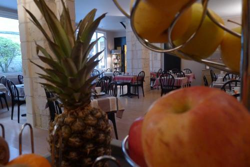 A restaurant or other place to eat at Citotel Hôtel des Messageries