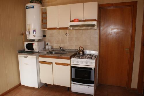 A kitchen or kitchenette at El Puente Aparts