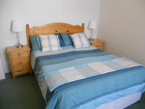 A bed or beds in a room at Kenilworth Guest House