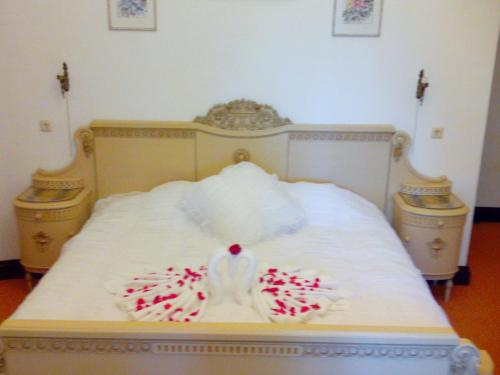 A bed or beds in a room at Ēdoles Pils