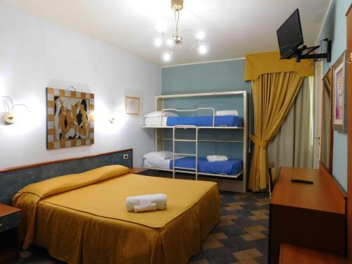 Letto o letti a castello in una camera di Hotel Blumentag