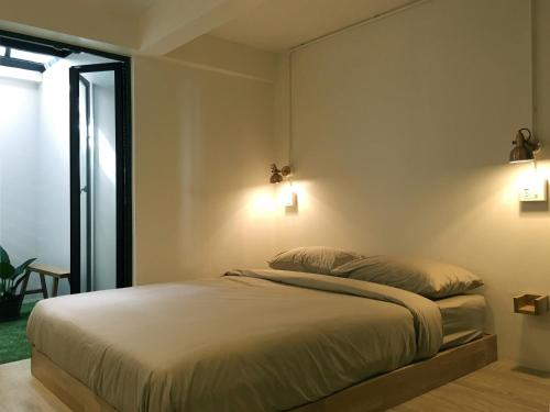 A bed or beds in a room at Monomer Hostel Bangkok