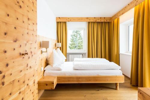 A bed or beds in a room at Hotel Kreuzberg Monte Croce