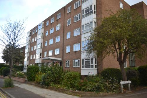 2 Bedroom Apartment in Stratton Court Central Surbiton incl Free Parking